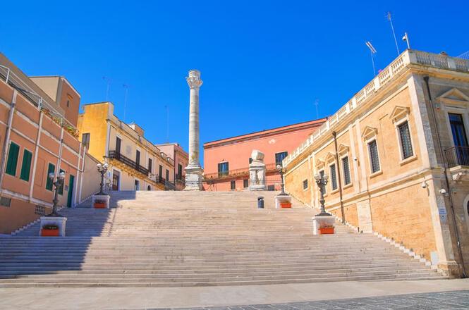 <b>Colonnes Romaines</b><br> <br> Le monument se trouve près du port de Brindisi et c'est l'emblème de la ville. Construit dans les années 1500, au départ les 2 colonnes étaient identiques, mais ensuite l'une d'elles s'est effondrée laissant le monument mutilé.