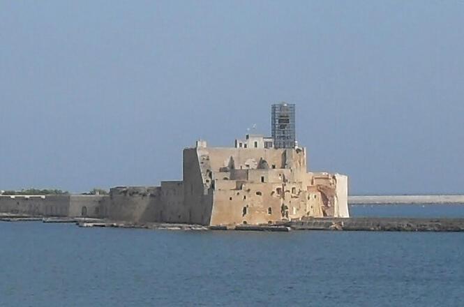 <b>Castello Aragonese</b><br><br>   Questa struttura, nata con scopo di difesa, occupa il  promontorio a sud della città. Il forte è collegato con la terraferma  attraverso una diga ed è stato realizzato nel XV secolo.