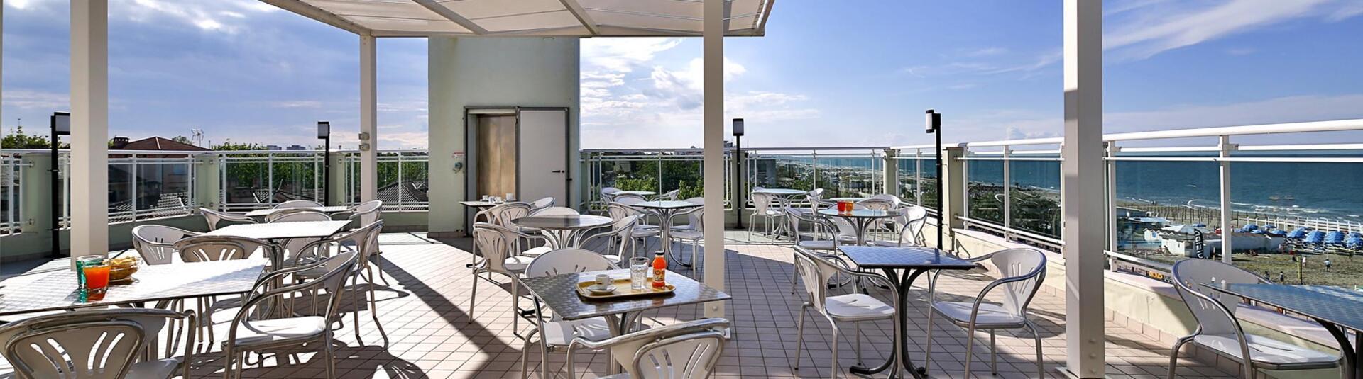 hotelacquamarina it 1-it-310345-vacanze-luglio-a-riccione-hotel-sul-mare 004