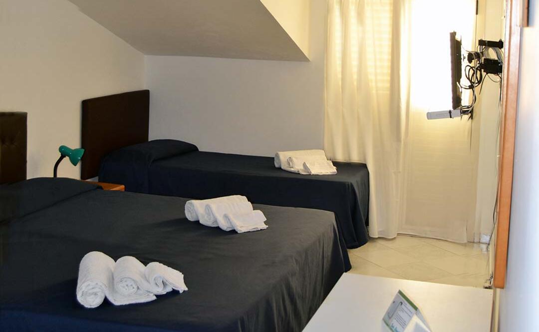 hotelclubcostasmeralda en economy-room 001
