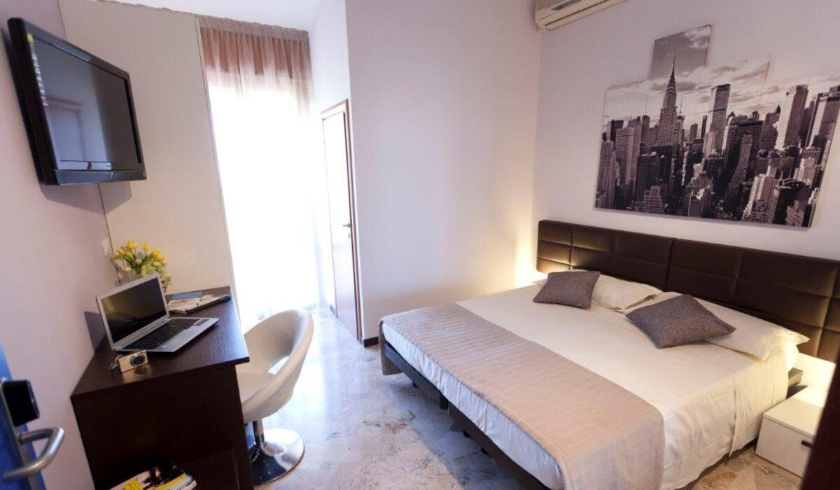 Hotel for couples in Rimini: New York room with beach service included