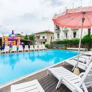 La forza dei numeri<span class='little'>3 hotel. 80.000 ospiti ogni estate. 50 anni di esperienza. Da sempre al servizio delle famiglie</span>
